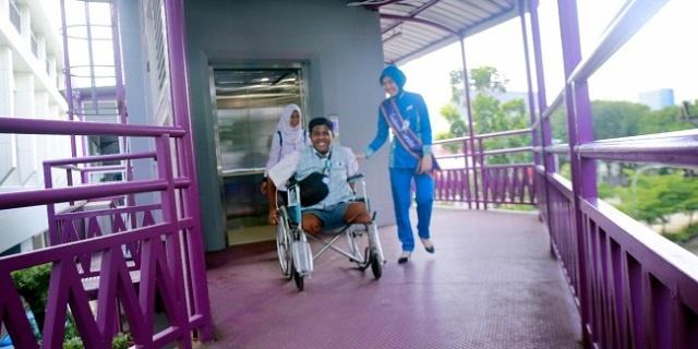Cepat dan Nyaman, LRT Ramah Penyandang Disabilitas