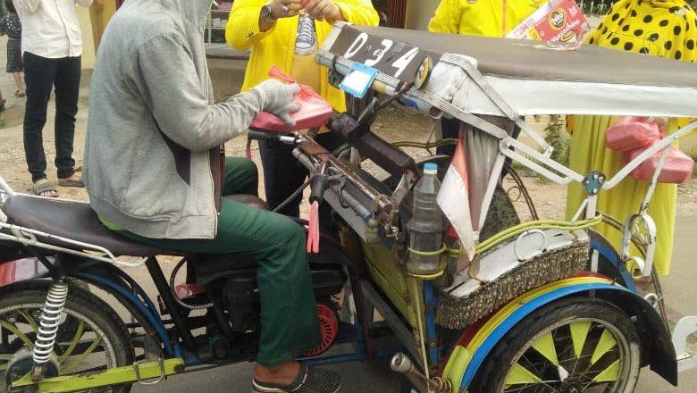 Berkarya Kota Palembang Beri Bantuan Masker ke Tukang Becak dan Ojek