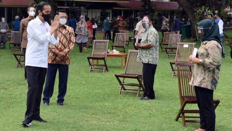 Jokowi Serahkan Bantuan Modal Kerja untuk Pengusaha Kecil