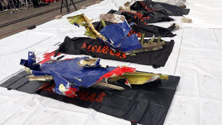 KRI Parang Evakuasi Serpihan Pesawat dan Body Part Sriwijaya Air