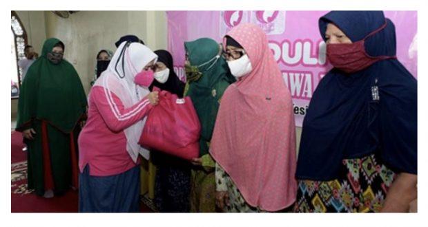 Baksos PPLIPI Jabar di Subang, Lina Ruzhan Serahkan 100 Paket Sembako