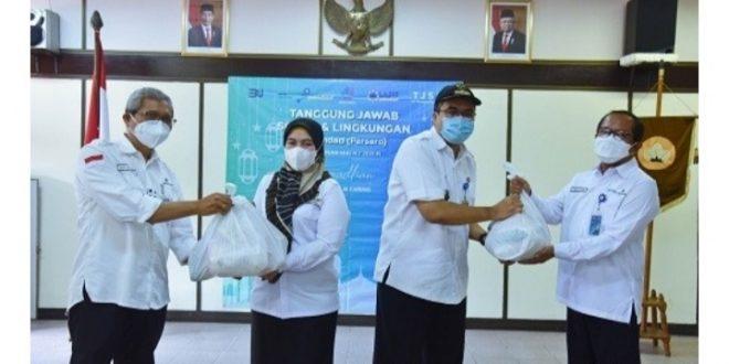 Pindad Serahkan Bantuan 1.460 Paket Sembako Kepada Masyarakat